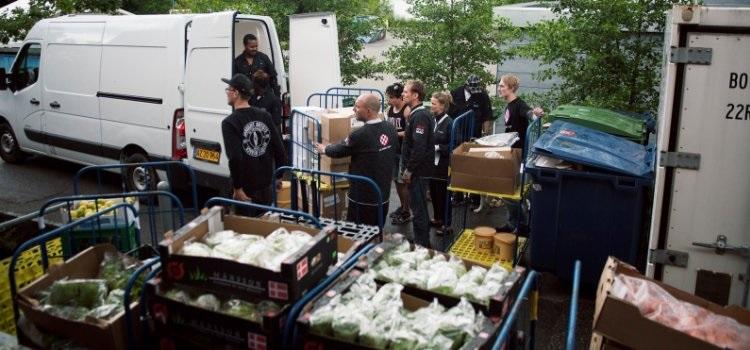 Masser af frivillige fra Det Runde Bord arbejder hvert år hårdt for at videregive spild-maden fra Roskilde Festival. FOTO: DET RUNDE BORD
